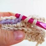A FAIRE : aller piquer le crochet dans le brin en dessous de la maille, ici en violet