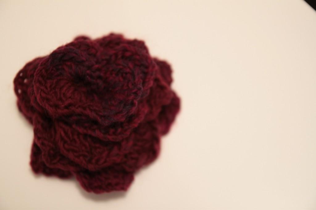 avec le rab de laine, j'ai fait une fleur en crochet